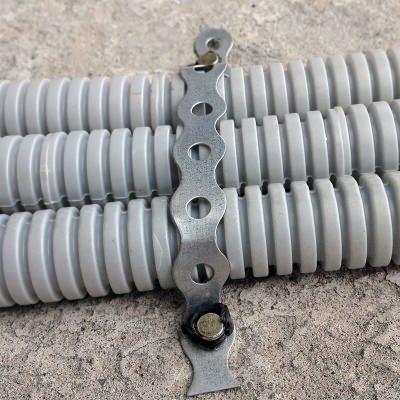 Монтаж гофротрубы к полу гвоздями по бетону тип CN с помощью перфоленты